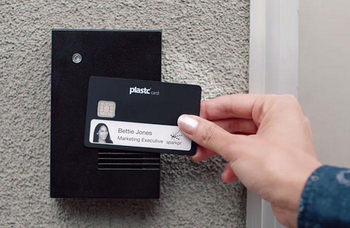 Mẫu thẻ đơn giản với thông tin thành viên in trên nền đen
